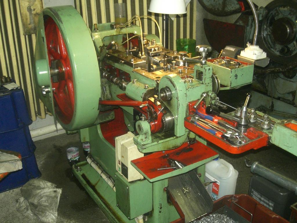 Sajtoló gép (220db/perc)