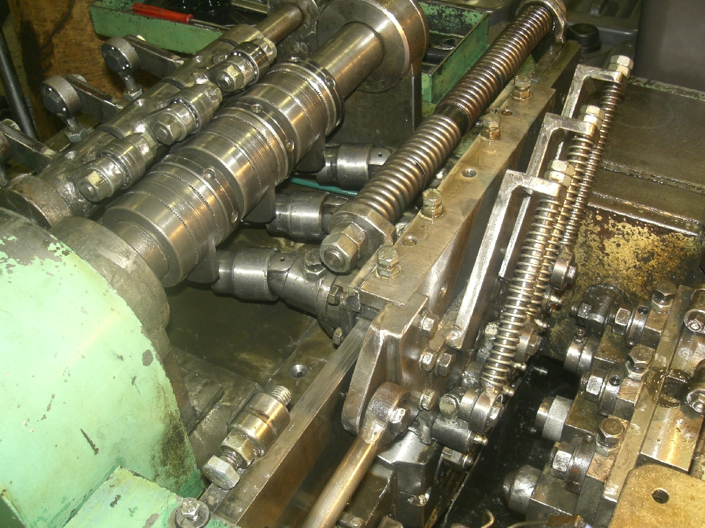 Több munkahelyes sajtoló gép